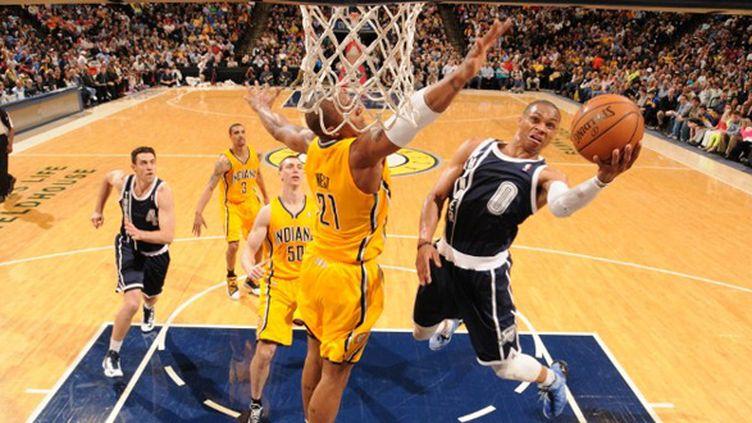 Westbrook à l'attaque du panier malgré la défense de West