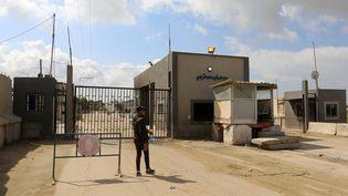 Un Palestinien se tient devant le point de passage de Kerem Shalom, principal point d'entrée de marchandises vers Gaza, le 25 février 2020, à Rafah. (ABED RAHIM KHATIB / NURPHOTO / AFP)