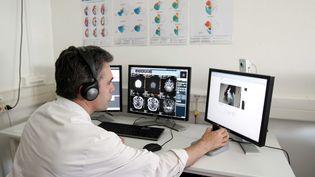 Médecin en plein télétravail, à Lens. Image d'illustration. (DELPHINE PINEAU / MAXPPP)