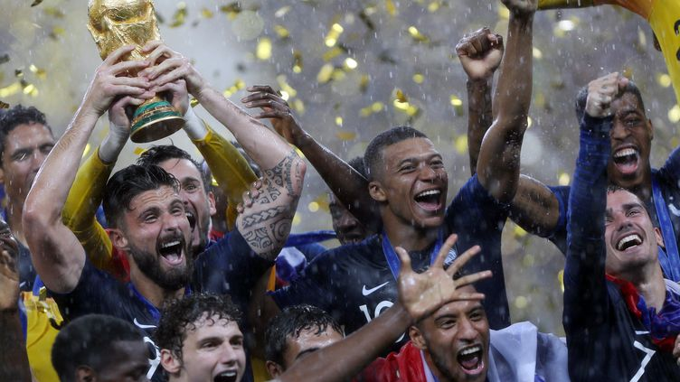 Les membres de l'équipe de France après leur victoire, à Moscou (Russie), le 15 juillet 2018. (MEHDI TAAMALLAH / NURPHOTO / AFP)