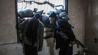 Des combattants de l'Armée syrienne libre, à Damas (Syrie), le 16 février 2015. (AMMAR EL BUSHY / ANADOLU AGENCY / AFP)