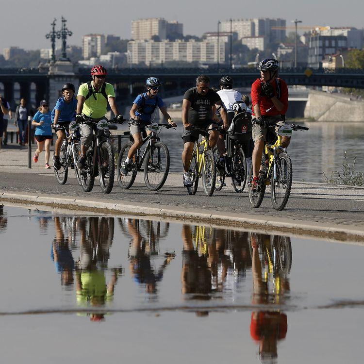 Des cyclistes et des coureurs le long des quais du Rhône, à Lyon, le 9 septembre 2018. (MAXPPP)