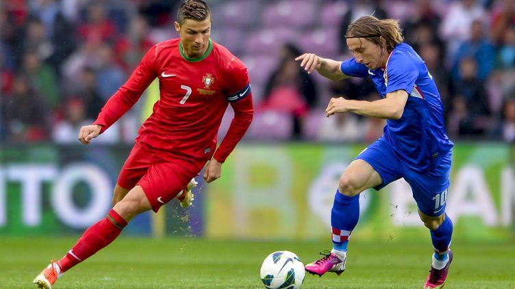 Le Portugais Cristiano Ronaldo face au Croate Luka Modric (FABRICE COFFRINI / AFP)