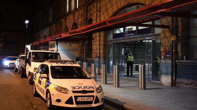 La police britannique devant la gareVictoria de Manchester, où a eu lieu une attaque au couteau le 1er janvier 2019. (PAUL ELLIS / AFP)