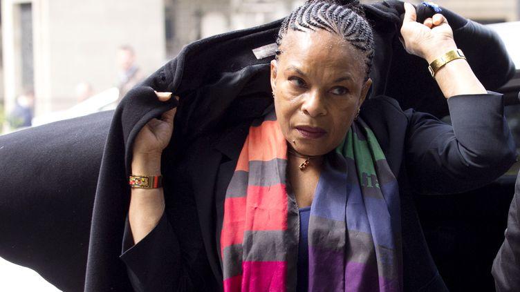 La ministre de la Justice Christiane Taubira au cimetière de Montmartre, le 3 juin 2013, aux funérailles du constitutionnaliste Guy Carcassonne. (JOEL SAGET / AFP)