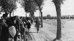 Des Polonais évacués par les nazis marchent vers une gare, en 1940. (BUNDESARCHIV )