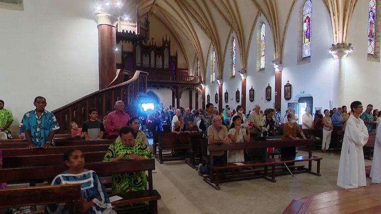 À Nouméa, en Nouvelle-Calédonie, la messe est de nouveau célébrée dans la cathédrale Saint-Joseph. Les fidèles ont pu assister ce 10 mai à la célébration du cinquième dimanche de Pâques, avec l'émotion des retrouvailles. (France 3)