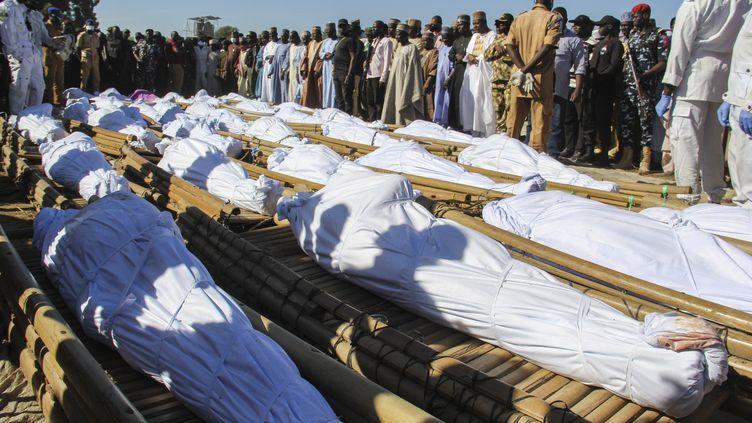 Le29 novembre 2020, 43 paysansretrouvéstués ont été enterrésen présence du gouverneur de l'Etat du Borno (Nigeria), à Zabarmari.  (AUDU MARTE / AFP)