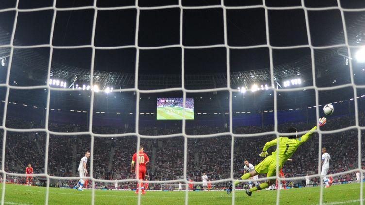 Le gardien tchèque Petr Cech (en jaune) a passé une très mauvaise soirée contre la Russie, où il a pris 4 buts. (ODD ANDERSEN / AFP)