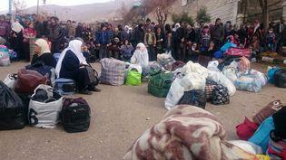 Des Syriens attendent l'arrivée d'un convoi humanitaire à Madaya, le 11 janvier 2016. (AFP)