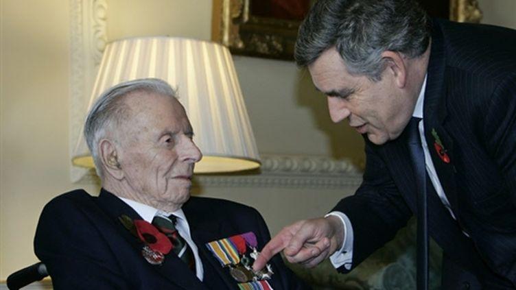 Harry Patch, avec le premier ministre britannique Gordon Brown, le 11/11/2008 (© AFP/Lefteris Pitarakis)