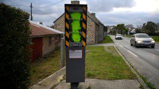 Un radar dégradé avec de la peinture jaune, le 9 janvier 2019, à Pleurtuit (Ille-et-Vilaine). (DAMIEN MEYER / AFP)