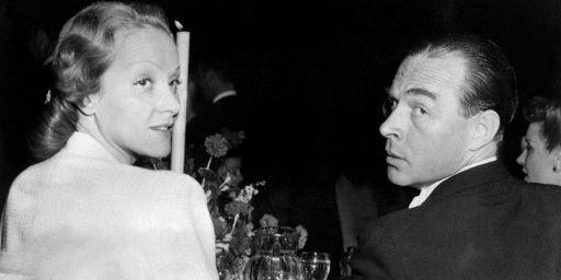 En 1939, Erich Maria Remarque part pour les Etats-Unis. Il séjourne notamment à Hollywood où il fréquente le gratin du cinéma. Notamment certaines des actrices les plus célèbres de l'époque, à commencer par Marlene Dietrich (sur la photo lors d'un dîner le 26 avril 1939) et Greta Garbo... (AFP)