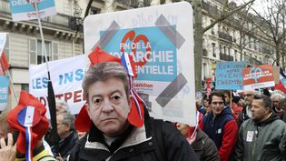 Un manifestant porte un masque de Jean-Luc Mélenchon, le 18 mars 2017, à Paris. (JACQUES DEMARTHON / AFP)