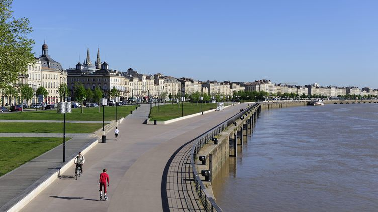 A Bordeaux, le long de la Garonne, le Port de la Lune estdepuis 2 000 ans un noeud économique et culturel. Après Paris, le chef lieu de l'Aquitaine est la ville qui compte le plus de bâtiments protégés. (CINTRACT ROMAIN / HEMIS.FR / AFP)