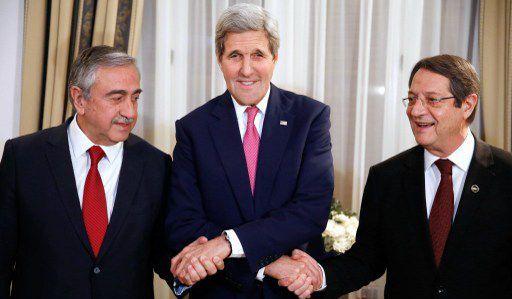 Poignée de mains entre le secrétaire d'Etat américain John Kerry et les responsables chypriotes turc et grecà Nicosie le 3 décembre 2015. (JONATHAN ERNST / POOL / AFP)