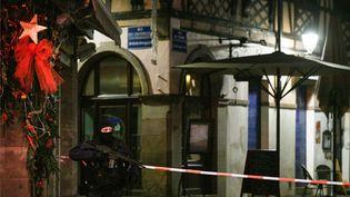 Un CRS sécurise une rue de Strasbourg, le 12 décembre 2018, après l'attentat sur le marché de Noël. (SEBASTIEN BOZON / AFP)