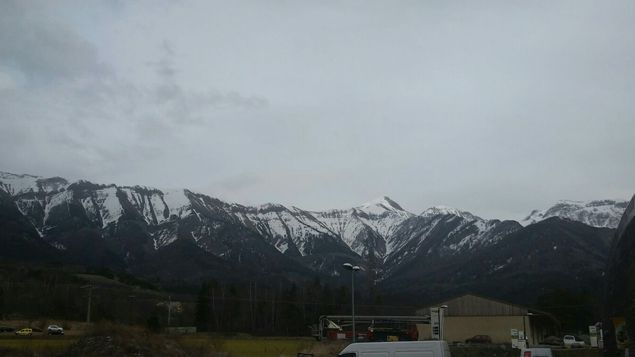 (La zone de crash est située au-delà de cette chaîne montagneuse, à 15 kilomètres de Seyne © Jean-Paul)