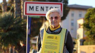 Martine Landry, militante d'Amnesty international, le 16 décembre 2017 à Menton (Alpes-Maritimes), à la frontière franco-italienne. (VALERY HACHE / AFP)