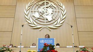 Le sigle de l'Organisation mondiale de la santé, lors de la conférence annuelle de l'institution en 2009 à Genève. (DENIS BALIBOUSE / REUTERS)