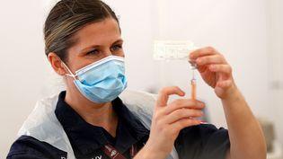 Les médecins de la Royal Navy préparent des injections du vaccin Oxford/AstraZeneca Covid-19 dans un centre de vaccination installé sur l'hippodrome de Bathen Angleterre, le 27 janvier 2021. (ADRIAN DENNIS / AFP)