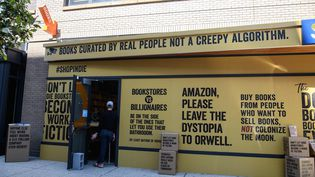 """La devanture de Solid State Books, une librairie indépendante à New York participant à la campagne """"Boxed out"""", lancée par l'association ABA contre Amazon (NICHOLAS KAMM / AFP)"""
