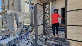 Un libyen inspecte un bâtiment en ruines, à Tripoli, le 21 juin 2020. (MAHMUD TURKIA / AFP)