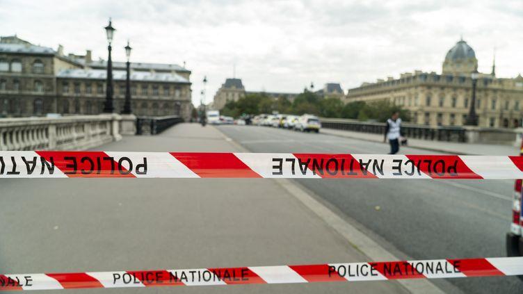 Le périmètre de sécurité mis en place autour de la préfecture de police de Paris après l'attaque au couteau survenue jeudi 3 octobre 2019. (JAIR CABRERA TORRES / DPA / AFP)