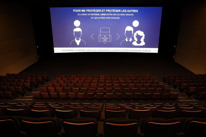 Les conseils sanitaires projetés sur un écran de cinéma à Paris en 2020. (THOMAS COEX / AFP)