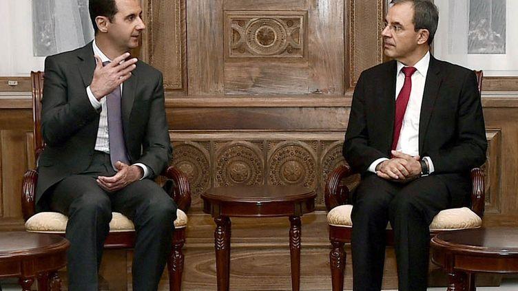 Thierry Mariani lors d'une entrevue avec Bachar Al-Assad le 14 novembre 2015 à Damas (Syrie). (SANA / AFP)