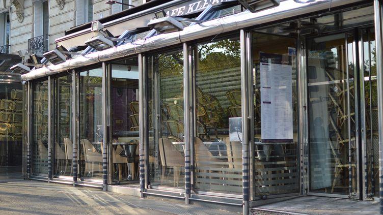 Un restaurant fermé à Paris près de la place du Trocadéro en raison du confinement, 9 avril 2020. (VICTOR VASSEUR / RADIOFRANCE)