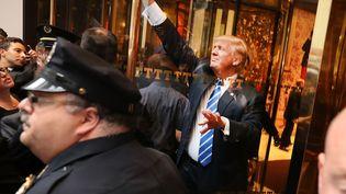 Le candidat républicain à la Maison Blanche, Donald Trump, à l'entrée du gratte-ciel qui porte son nom, à New York (Etats-Unis), le 8 octobre 2016. (SPENCER PLATT / GETTY IMAGES NORTH AMERICA / AFP)