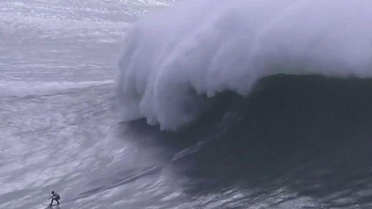 À Nazaré (Portugal), une compétition de surf hors norme s'est achevée mardi 11 février. La Française Justine Dupont s'est offert un nouveau record. (France 2)