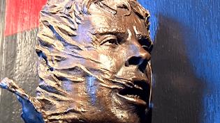 Le sculpteur Frédéric Lanoir a travaillé pendant trois ans sur le buste de bronze.  (capture d'écran France 3 / Culturebox)