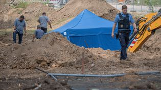 Une tente couvre une bombe datant de la seconde guerre mondiale à Francfort (Allemagne), le 30 août 2017. (BORIS ROESSLER / AFP)