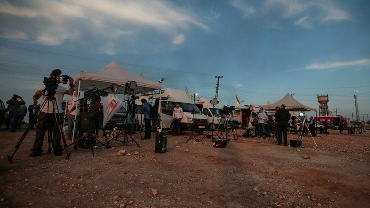 Des journalistes couvrent l'offensive turque en Syrie à Sanliurfa, côté turc, le 10 octobre 2019. (MAHMUT SERDAR ALAKUS / ANADOLU AGENCY)