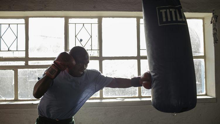 Le boxeur sud-africain Steve Omar s'entraîne contre un sac defrappe àJohannesburg, le 2 mars 2016. (GIANLUIGI GUERCIA / AFP)
