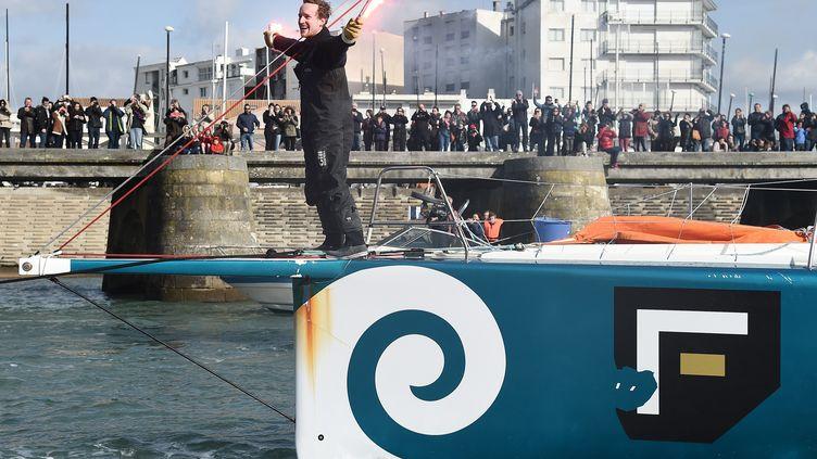 Le skipper néo-zélandais Conrad Colman fêtela fin de son Vendée Globedans le chenal des Sables d'Olonne (Vendée), le 24 février 2017. (JEAN-SEBASTIEN EVRARD / AFP)
