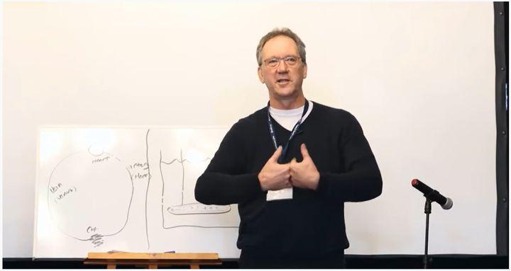 Capture d'écran d'une conférence donnée par Thomas Cowan et mise en ligne sur YouTube en avril 2020. (YOUTUBE)
