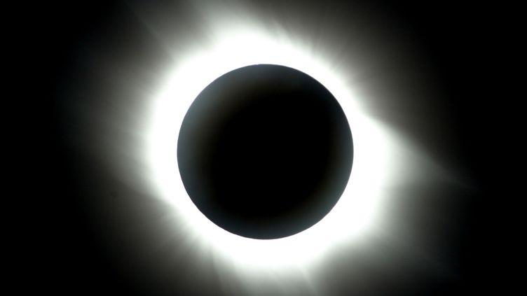 Une éclipse vue depuis Antalya (Turquie), le 29 mars 2006. (CEM TURKEL / AFP)