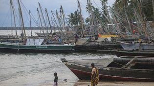 Le port de pêche de Paquitequete près de Pemba, au Mozambique, le 29 mars 2021. C'est ici qu'arrivent à bord de bateaux à voile les personnes déplacées des côtes de Palma et d'Afungi suite aux des attaques des jihadistes. (ALFREDO ZUNIGA / AFP)