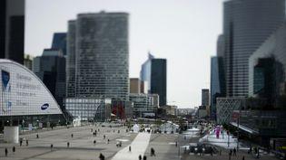 Le parvis de La Défense et les tours avoisinantes, dans les Hauts-de-Seine. (FRED DUFOUR / AFP)