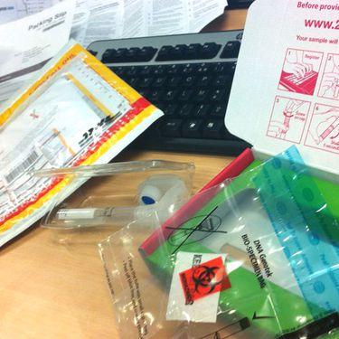 Le kit de prélèvement pour le décryptage du génotype, fourni par la société américaine 23andme. (FRANCETV INFO)