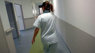 Une infirmière dans les couloirs d'un hôpital. (Photo d'illustration) (CYRIL SOLLIER / MAXPPP)