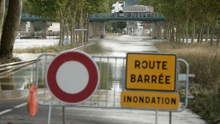 Les rues dePeyrehorade (Landes) inondées par les fortes pluies, le 14 juin 2018. (IROZ GAIZKA / AFP)