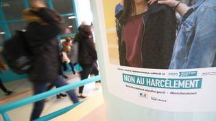Une affiche contre le harcèlement scolaire dans un collège de la Somme. (JULIEN BARBARE / MAXPPP)