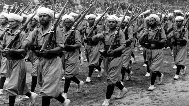 Des troupes «marocaines» défilent à Madrid devant Franco, vainqueur de la guerre civile espagnole en mai 1939. (Berliner Verlag / Archiv / dpa-Zentralbild / DPA)