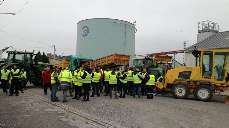 Desindépendants du BTP et des gilets jaunes bloquent le dépôt pétrolier de Lorient. (LÉO ROZÉ / FRANCE-BLEU BREIZH IZEL)