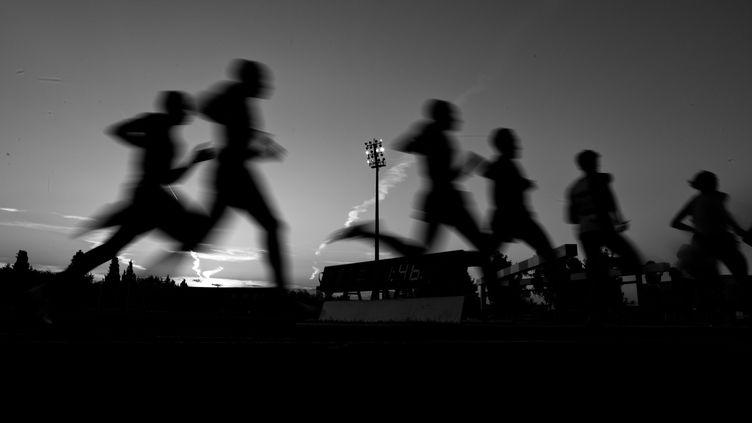 Des coureurs dans l'obscurité (SIMON DAVAL / MAXPPP)