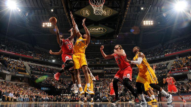 Butler face à la défense des Pacers (RON HOSKINS / NBAE / GETTY IMAGES)